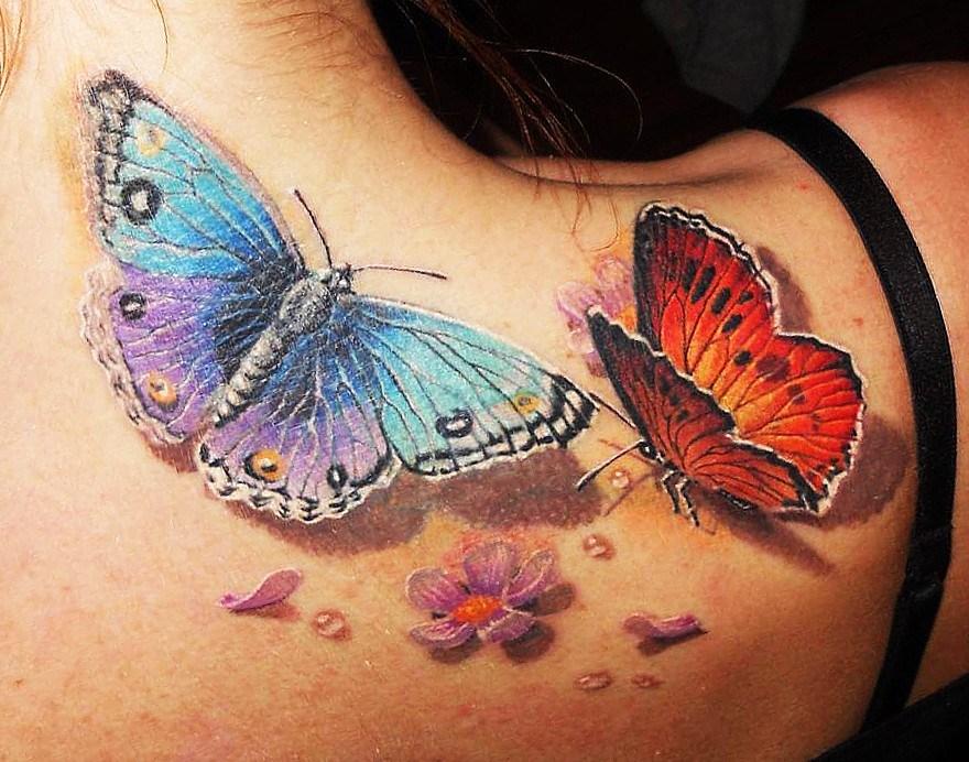 Татуировка бабочек на лопатке у девушки