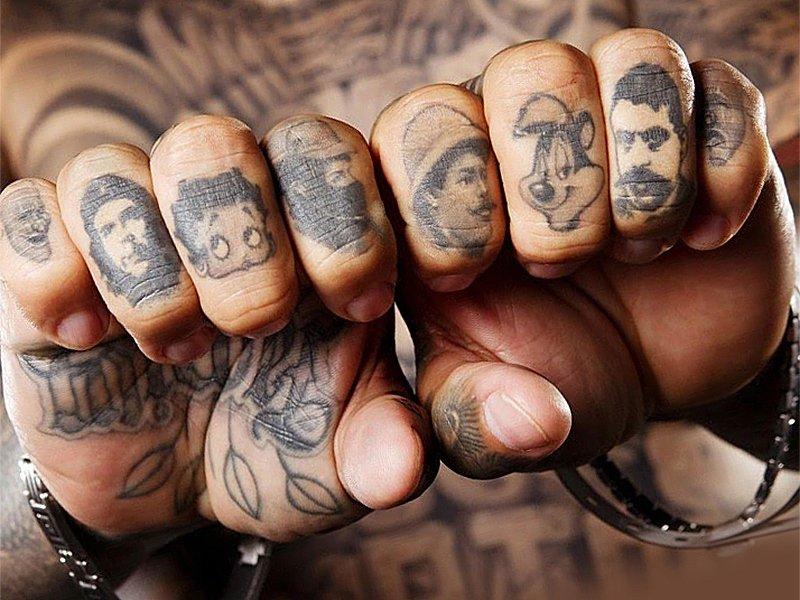 Татуировки на пальцах у заключенного