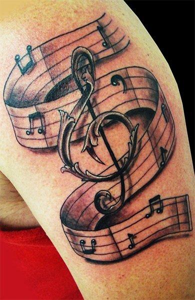 Музыкальная татуировка в виде скрипичного ключа и нот