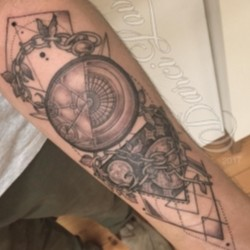 Фото татуировка на ступне у девушки - цветок
