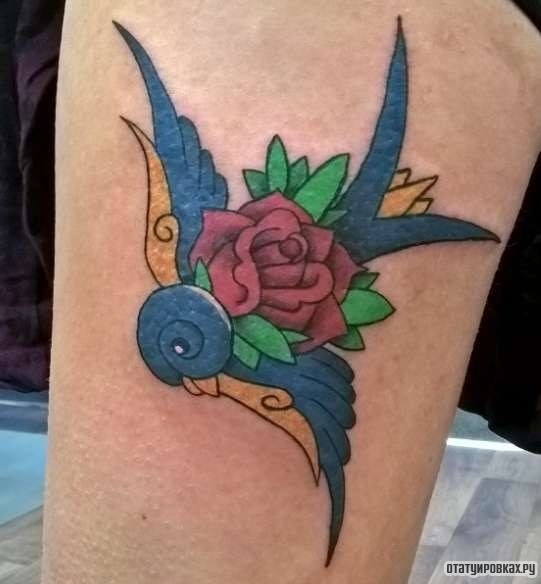 Фотография татуировки под названием «Ласточка и красная роза»