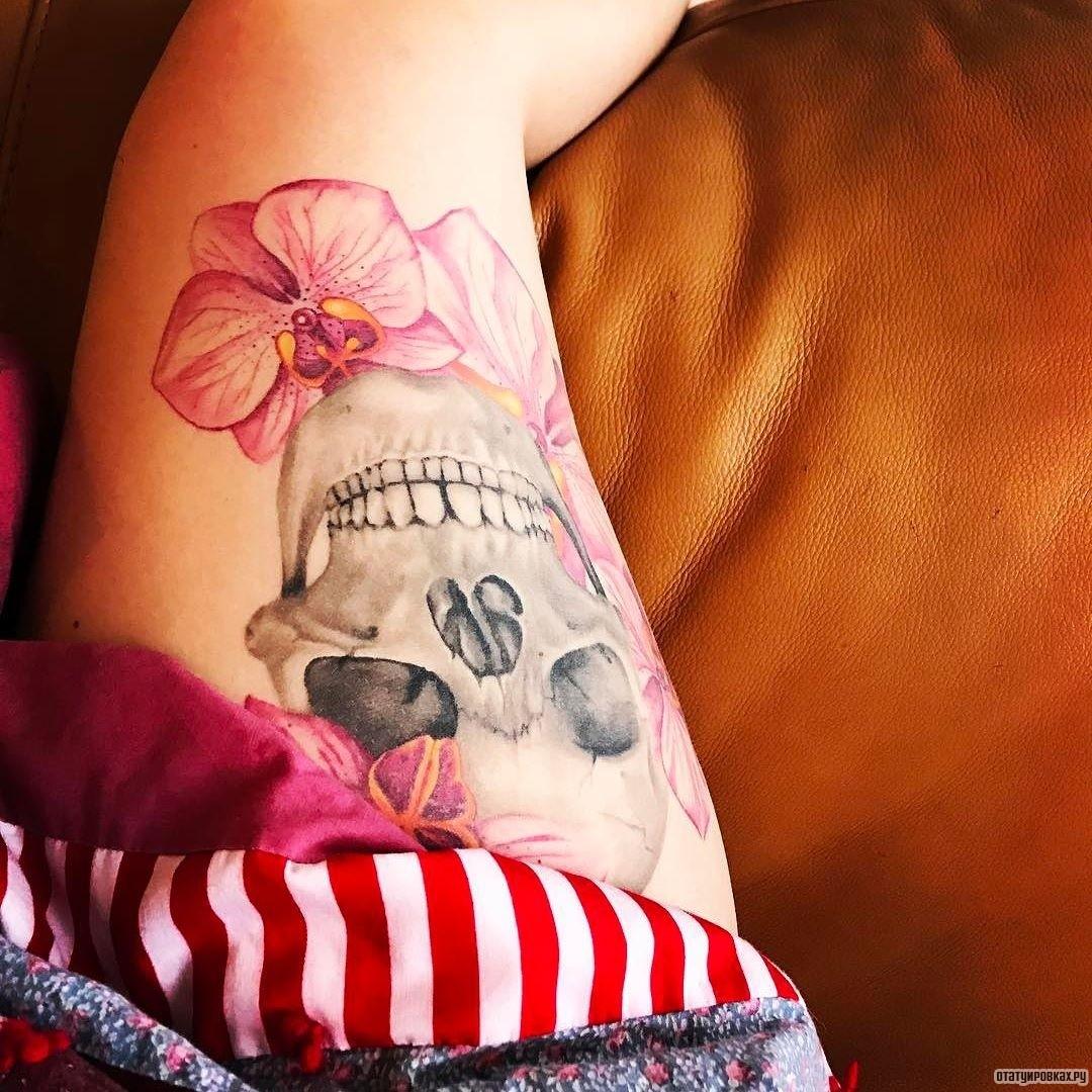 Татуировка для девушки надпись на бедре у девушек фото