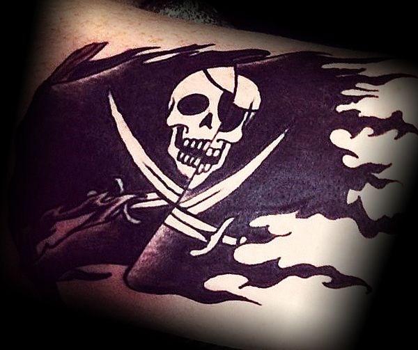 Татуировка черный флаг с черепом