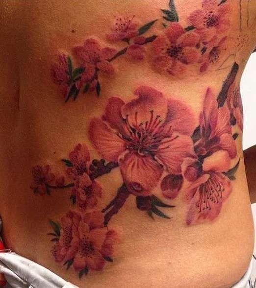 Цветок сакура на боку туловища