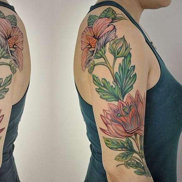 Флора на руке девушки