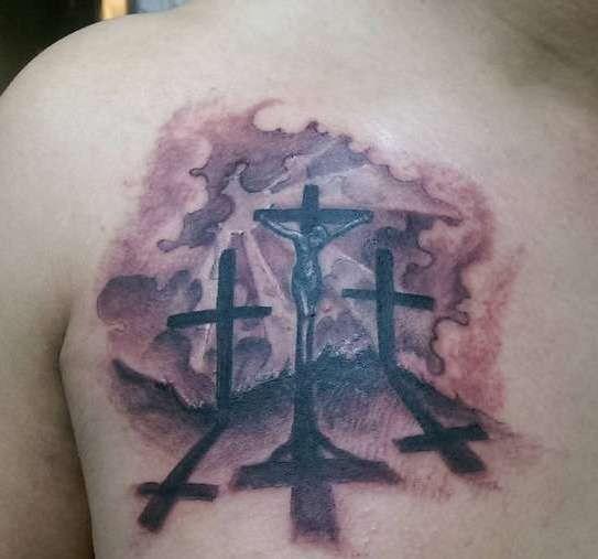 Три креста, на одном из которых распят человек