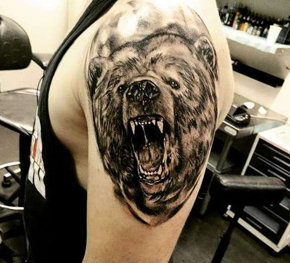 Оскал медведя на плече