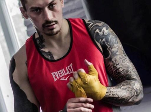 Боксер с татуировками