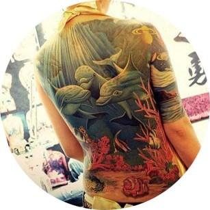 Татуировка на спине с дельфинами