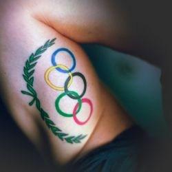 Татуировка спортсмена сбоку тела - олимпийские кольца