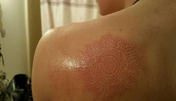 Белая татуировка узор на лопатке