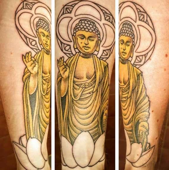 Будда и цветок лотоса на тату