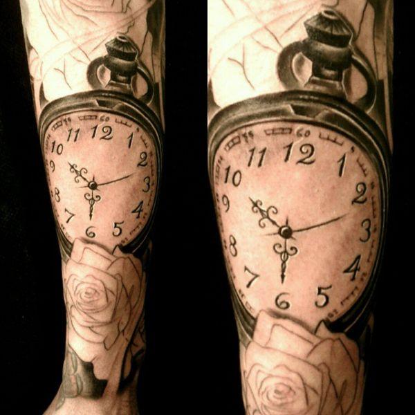 Черно-белая татуировка часов