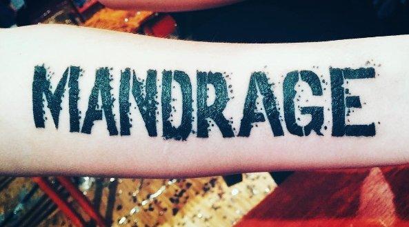 Фанатская татуировка в виде надписи на руке