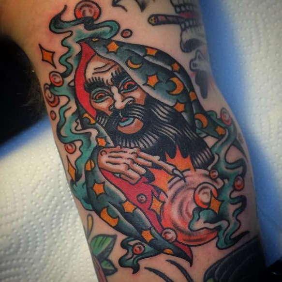 Магическая татуировка в виде мага-чародея
