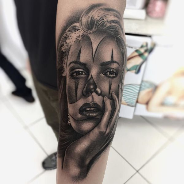 Мексиканская татуировка в стиле Чикано на руке