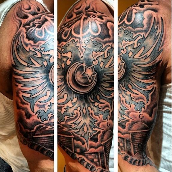 Мусульманская татуировка на плече