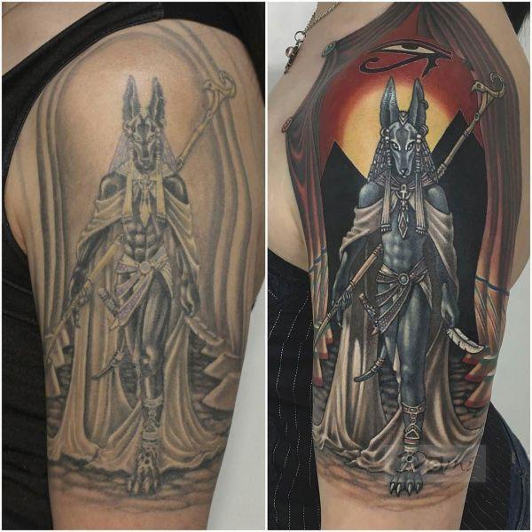 Татуировка Анубис на плече, перебитая