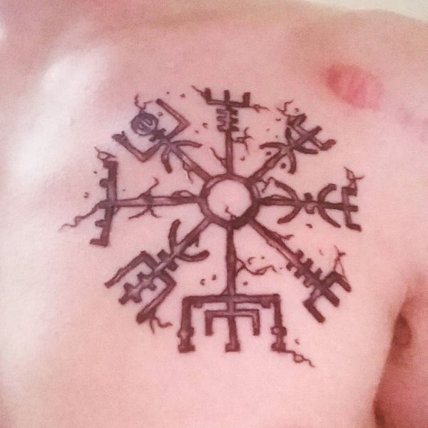 Руническая татуировка на груди