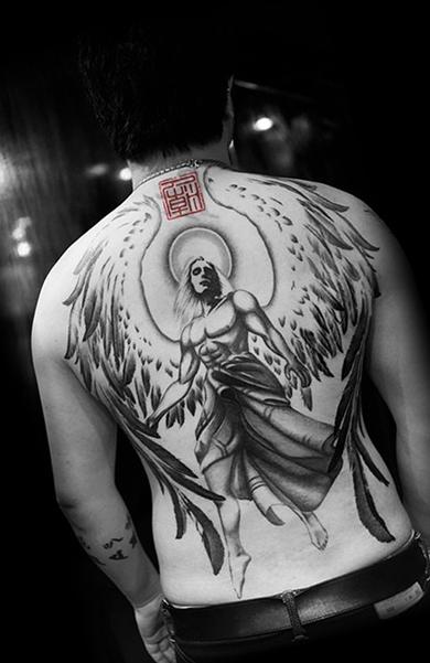 Ангел-мужчина с нимбом