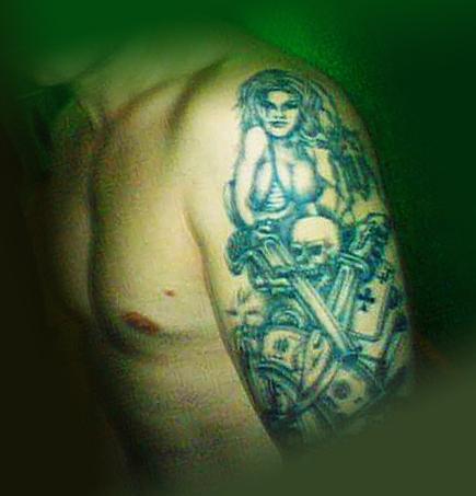 Татуировка под названием бардак на плече