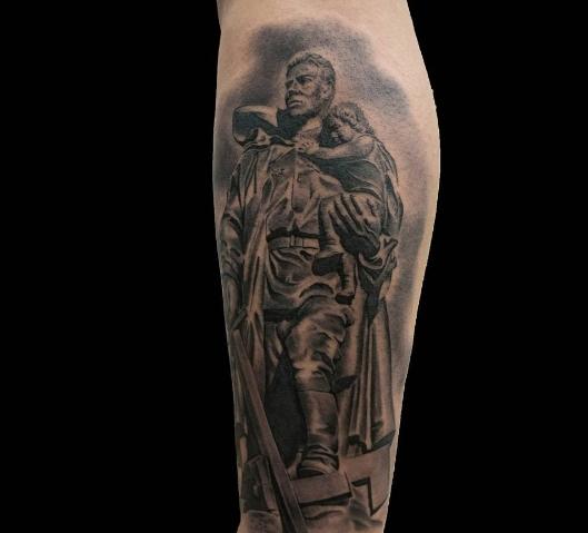 Богатырь в виде татуировки на ноге