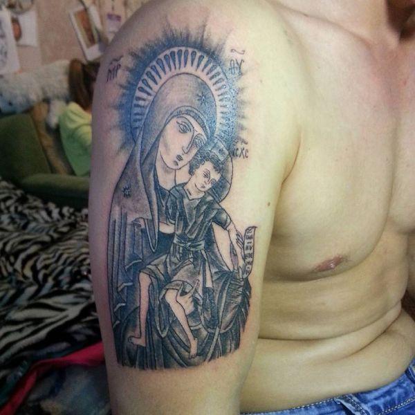 Татуировка Божья Матерь на плече парня