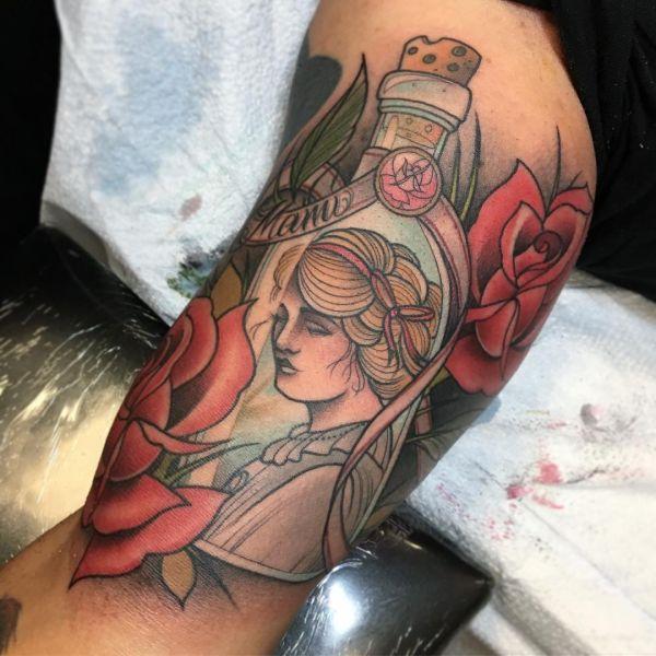 Татуировка бутылки с девушкой внутри и розами снаружи