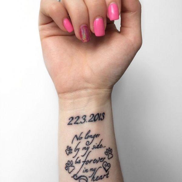 Татуировка дата и надпись на запястье