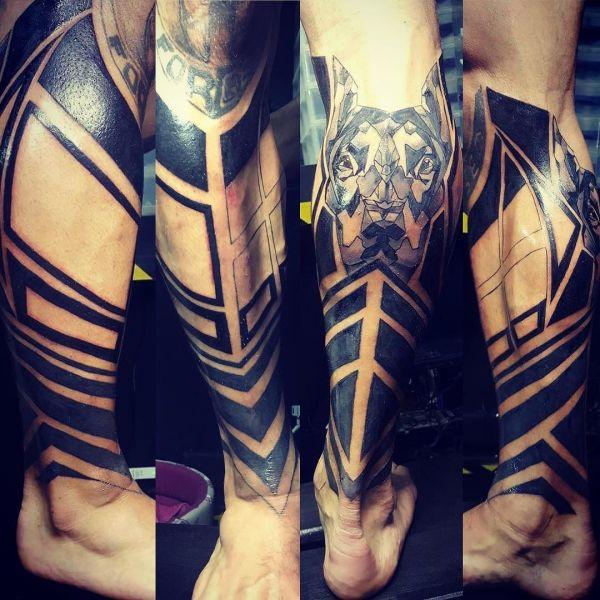 Татуировка доберман на руке в стиле блэк ворк