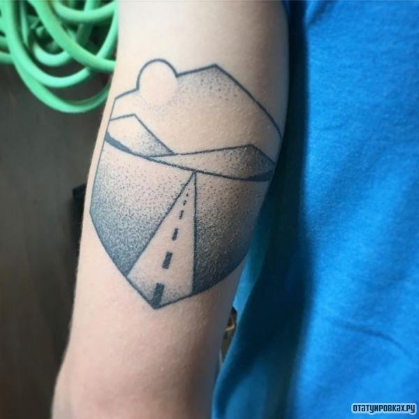 Татуировка дорога на плече девушки