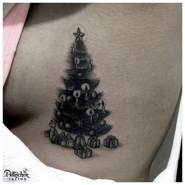 Черно-белая татуировка елки с подарками