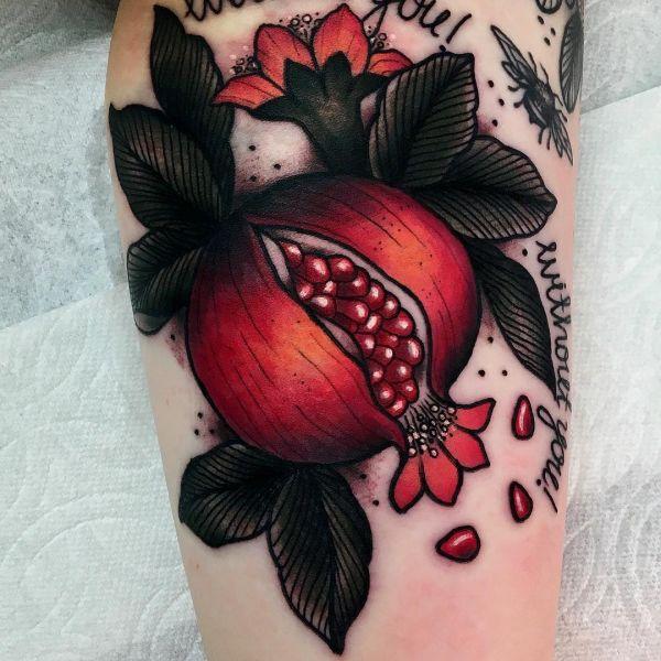 Татуировка сочного граната как вкусного фрукта