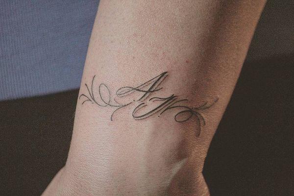 Инициалы в виде татуировки тонким шрифтом