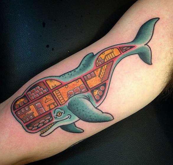 Татуировка на руке с китом, кв котором изображено жилое помещение