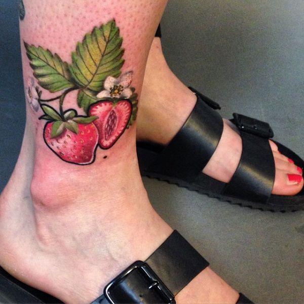 Красные ягоды клубники на голени