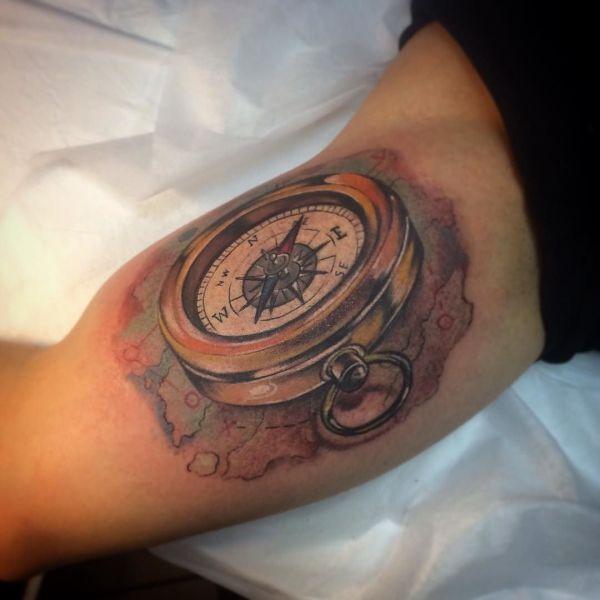 Татуировка компас 3д на бицепсе парня