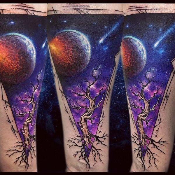 Татуировка космос в виде планет и дерева
