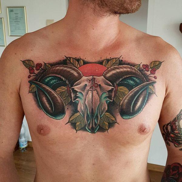 Татуировка черепа козла на груди парня