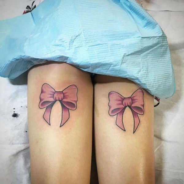 Татуировка розовых бантиков из ленты