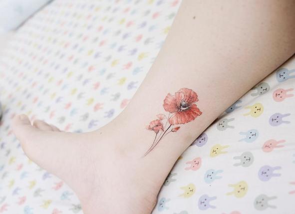 Татуировка мак на ноге у девушки