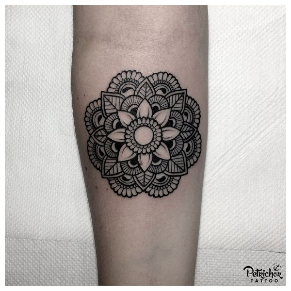 Узор татуировки мандала на предплечье