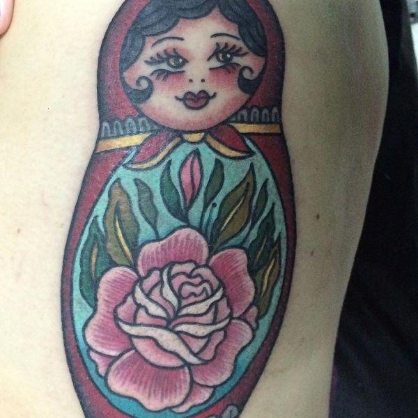 Татуировка цветной матрешки