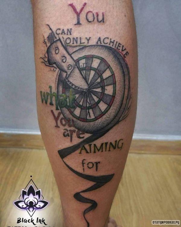 Татуировка мишень с воткнутым ножом на ноге
