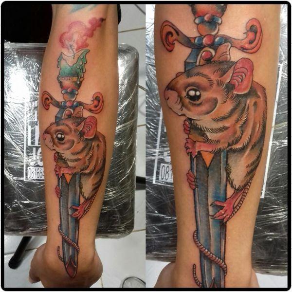 Татуировка мыши на кинжале