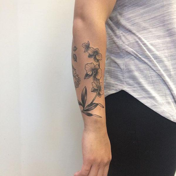 Татуировка орхидея на руке у девушки