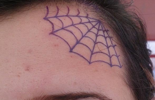 Татуировка паутина на лбу человека