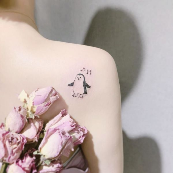Татуировка небольшого города и надписи на запястье