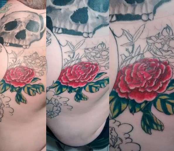 Татуировка пион в процессе нанесения