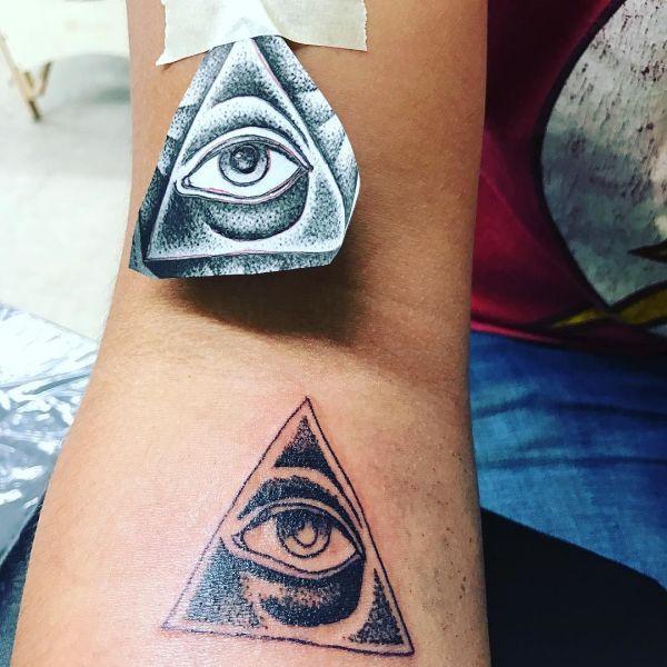 Татуировка пирамиды и гора глаза на запястье